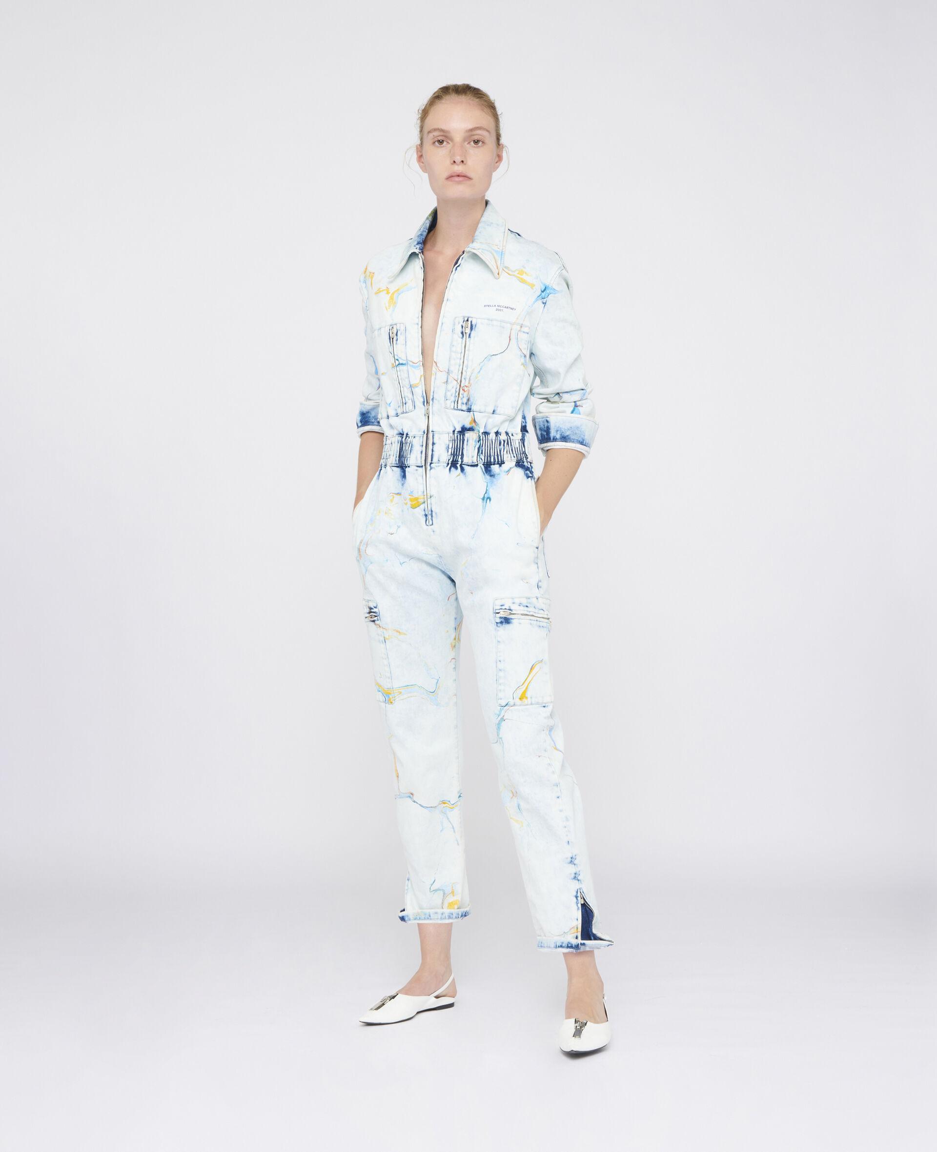 Stella McCartney Tuta in denim di colore azzurro effetto marmo multicolor, chiusura con zip a 3/4 sul davanti