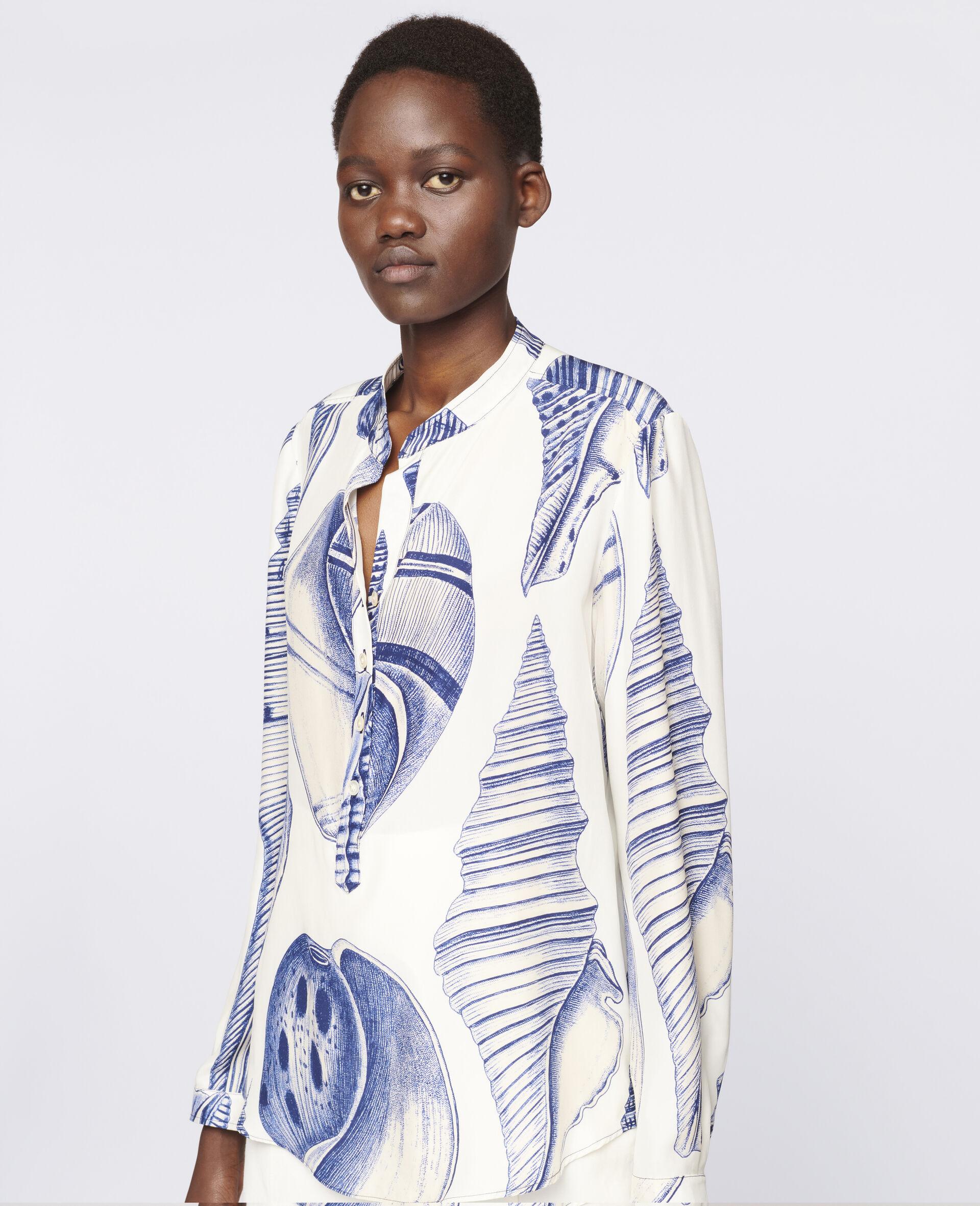 Camicia in seta con fondo di colore bianco e stampa d'ispirazione marina all-over, abbottonatura a 3/4, collo a listino