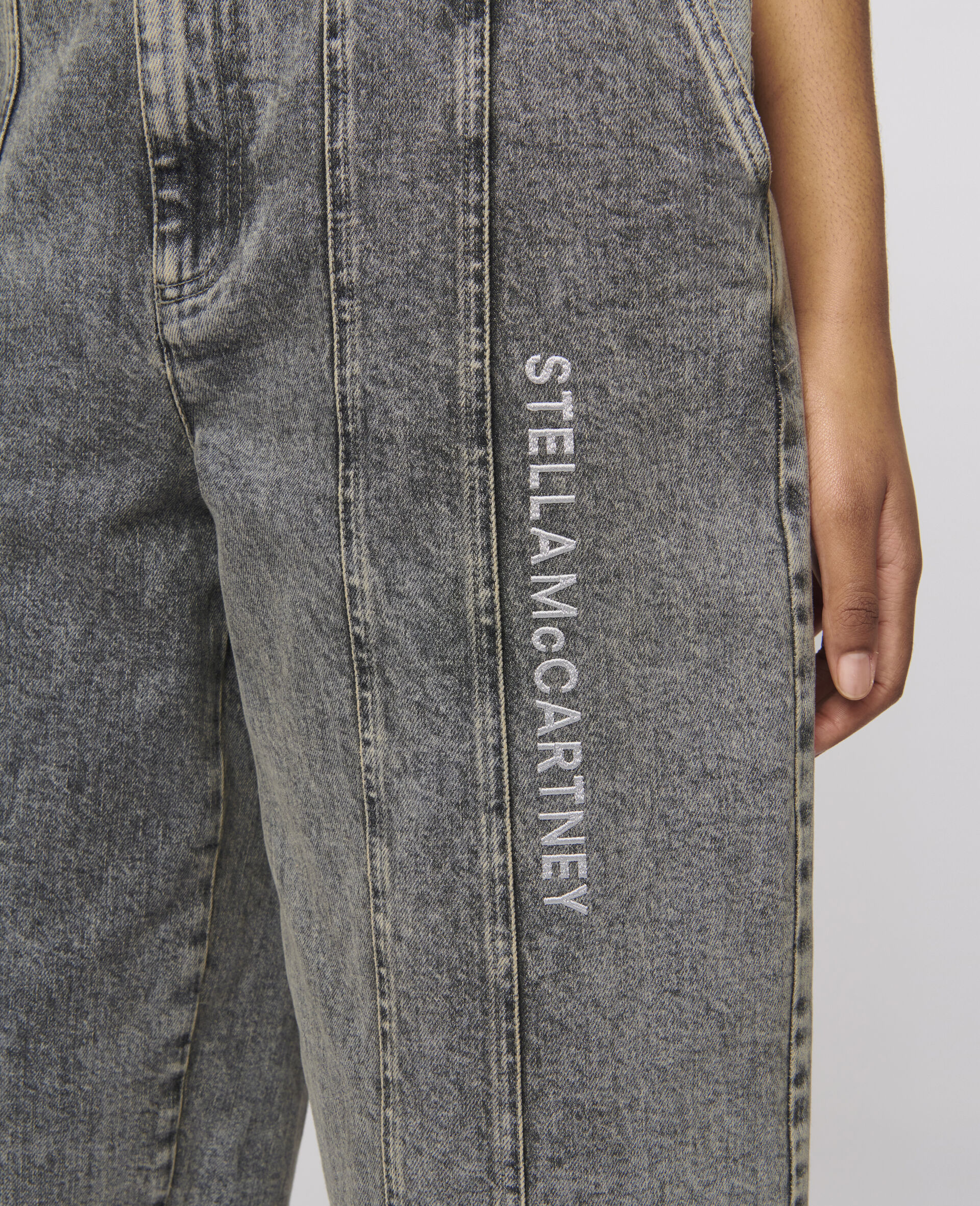 Jeans mit aufgesticktem Logo -Grau-large image number 3
