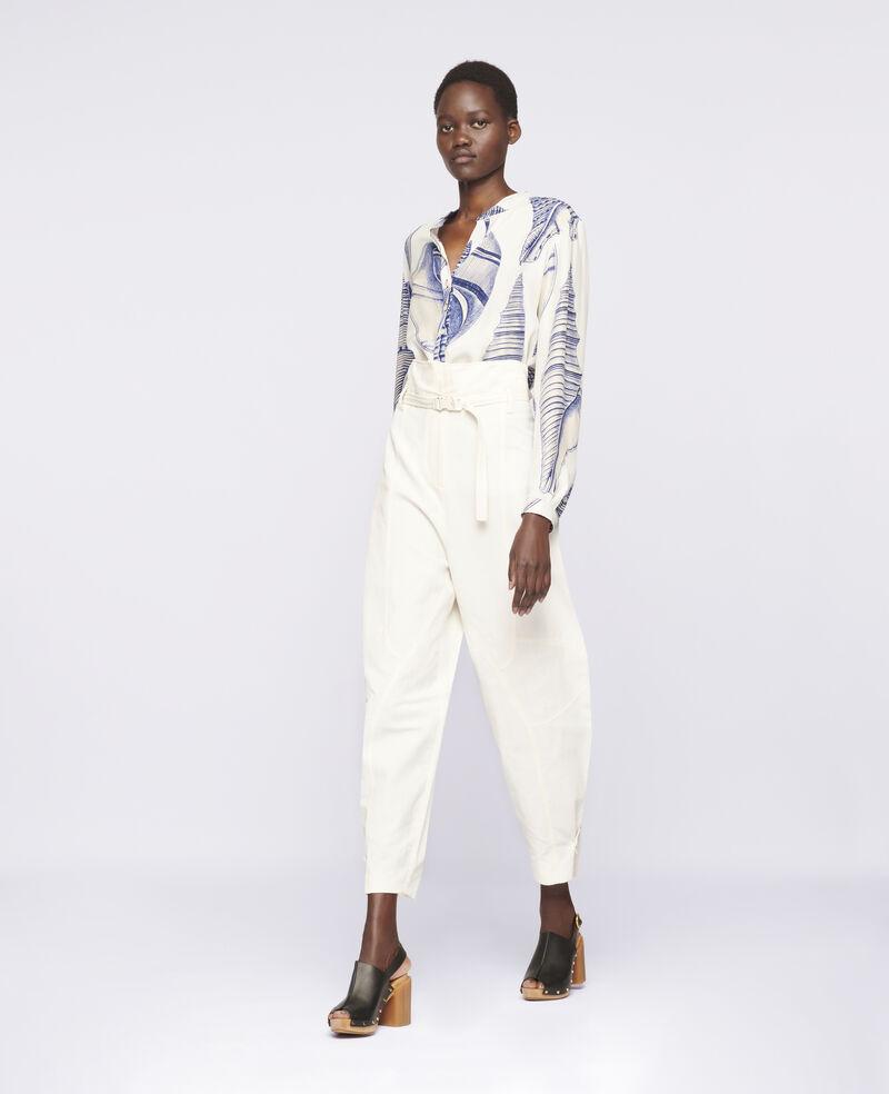 Pantaloni affusolati di colore bianco, chiusura con zip nascosta, cintura con fibbia a scatto in vita, tasche all'americana e dettagli con cuciture